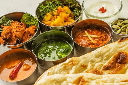 典型的なインドのカレーとナン Typical Indian curry set